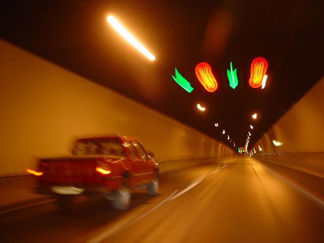 jízda v osvětleném tunelu