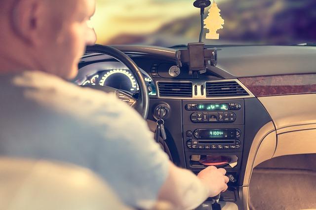 nezodpovědný řidič s pohledem směřující mimo svou trasu